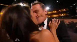 El beso de Bryan Cranston y Julia Louis-Dreyfus en los Emmy 2014