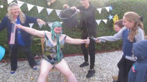Susan Boyle realiza el 'Ice Bucket Challenge'