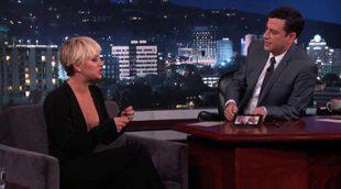 Kaley Cuoco en el programa de Jimmy Kimmel hablando de sus fotos desnuda