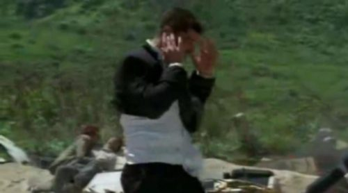 Jack ayuda a un superviviente que está atrapado por los restos del avión