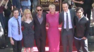 Kaley Cuoco se emociona al descubrir su estrella en el Paseo de la Fama junto a sus compañeros de 'The Big Bang Theory'