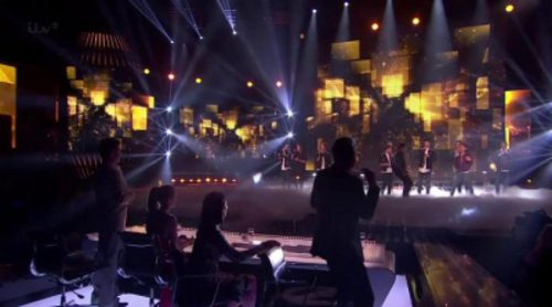 Lee Nelson se cuela la actuación de Stereo Kicks de 'The X Factor'