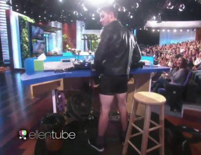 Nick Jonas quedándose en calzoncillos en el programa de Ellen Degeneres