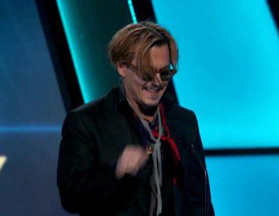 Johnny Depp, borracho presentando un premio en los Hollywood Film Awards