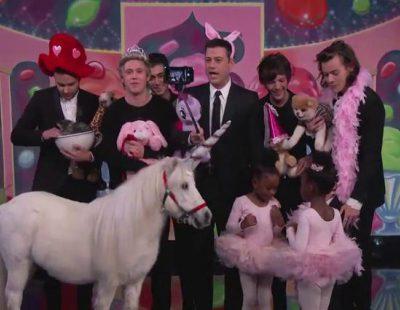 El selfie de One Direction con Jimmy Kimmel con unicornios, gatitos y palacios de golosinas