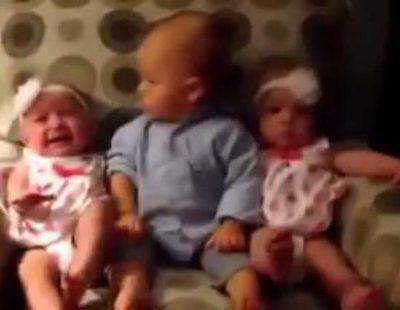 Así reacciona un bebé cuando ve a dos gemelas