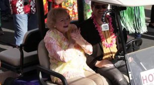 El equipo de 'Hot in Cleveland' sorprende a Betty White con un flash mob por su cumpleaños