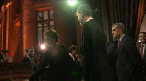 Los Reyes firman el libro de autoridades a su llegada a la gala del 25 aniversario de Antena 3