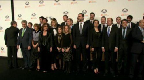 Los Reyes posan junto a los rostros de Antena 3 en la gala del 25 aniversario