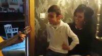 Adrián Martín, que participará en el estreno de 'Levántate', arrasa en Internet cantando con su hermana