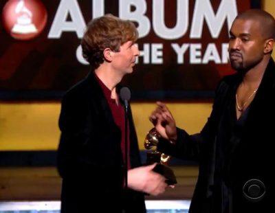 """Kanye West sube al escenario de los Grammy a protestar por el """"robo"""" a Beyoncé"""