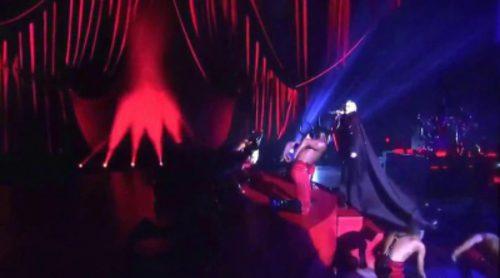 Madonna se cae del escenario durante su actuación en los 'BRIT Awards 2015'