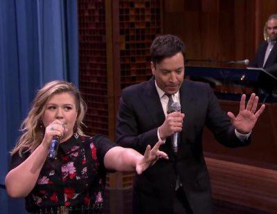 Kelly Clarkson y Jimmy Fallon interpretan grandes duetos de la historia en 'The Tonight Show'