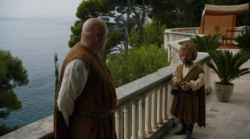 Tyrion y Varys hablan en una escena de la temporada 5 de 'Juego de Tronos'