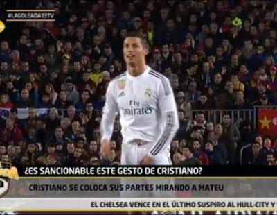 """'La goleada' de 13tv capta a Cristiano Ronaldo agarrándose sus partes y mandando un """"mensaje"""" al árbitro durante el Clásico"""