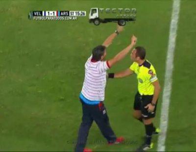 Momento en el que un árbitro argentino anula un penalti basándose en la repetición de la jugada