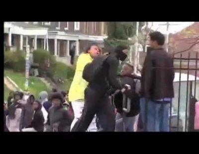 Una madre reconoce a su hijo por televisión en los disturbios de Baltimore y le saca a golpes