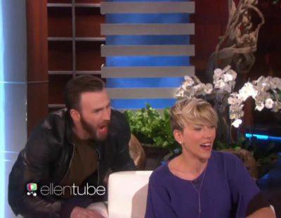 Chris Evans da un susto a Scarlett Johansson en el programa de 'Ellen'