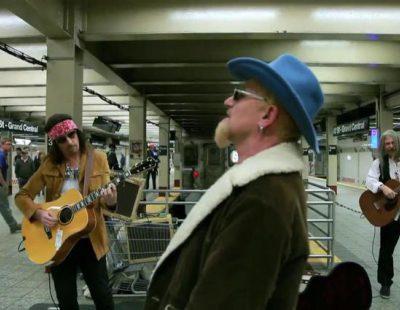U2 canta de incógnito en el metro de Nueva York... y casi no se para nadie
