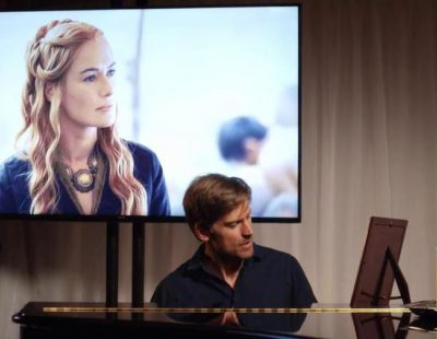 Nikolaj Coster-Waldau le canta una canción de amor a Cersei Lannister en 'Game of Thrones: The Musical'