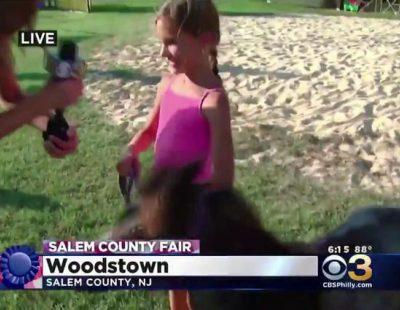 El ataque de un poni a una niña en medio de un informativo