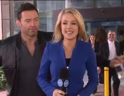 Hugh Jackman se cuela en un directo de la televisión australiana y desconcentra a la periodista