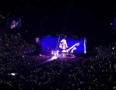 """Taylor Swift y Lisa Kudrow cantan """"Smelly Cat"""" de 'Friends' en el """"1989 Tour"""" en Los Angeles"""
