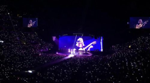 "Taylor Swift y Lisa Kudrow cantan ""Smelly Cat"" de 'Friends' en el ""1989 Tour"" en Los Angeles"