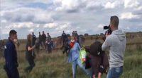 Una periodista da patadas y pone la zancadilla a varios refugiados en Hungría