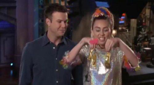 Miley Cyrus todavía no sabe si va a presentar 'SNL' desnuda o vestida