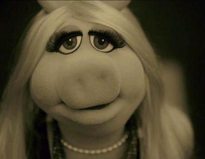 """La Señorita Piggy parodia a Adele en el videoclip de """"Hello"""""""